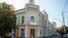 Ofițerii CNA și procurorii anticorupție efectuează percheziții la Primăria Chișinău