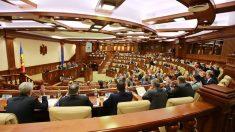 Opoziția a calificat inițiativa modificării Constituției drept una electorală. Guvernarea are în vedere organizarea unui referendum