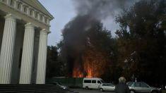 FOTO | O clădire din spatele din spatele Catedralei din Chișinău a luat foc sâmbătă. Cauzele incendiului