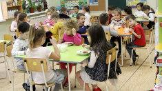Alimentele pentru copii ar putea fi furnizate în școli și grădinițe de companii de catering