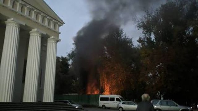 FOTO   O clădire din spatele din spatele Catedralei din Chișinău a luat foc sâmbătă. Cauzele incendiului