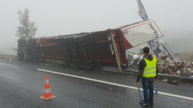 Un TIR înmatriculat în România, care transporta sticle cu whisky, s-a răsturnat în Franța