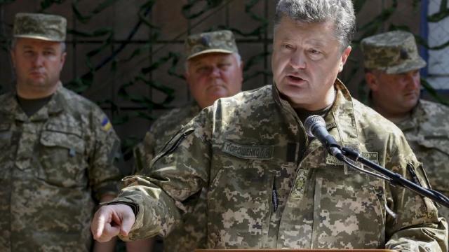 Petro Poroșenko a emis un ordin comandanților din Donbas sa răspundă cu toate armele din dotare