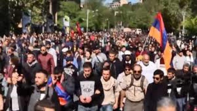 După o săptămână de proteste în Erevan, politicienii armeni au convenit să organizeze alegeri anticipate