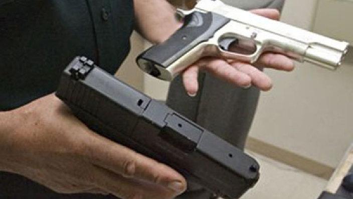 Deținătorii de arme neautorizate riscă amenzi. Predarea benevolă a acestora îi va absolvi de sancțiuni