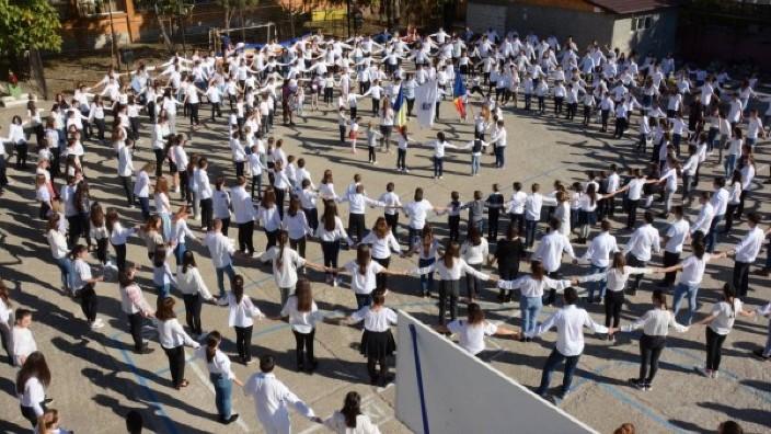 VIDEO | Horă spectaculoasă jucată la Liceul din Mizil de Ziua Educației pentru Centenarul Marii Uniri