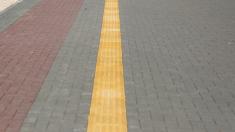 După mai bine de un an și jumătate, pavajul tactil a fost instalat doar pe o porțiune de trotuar și nu corespunde standardelor