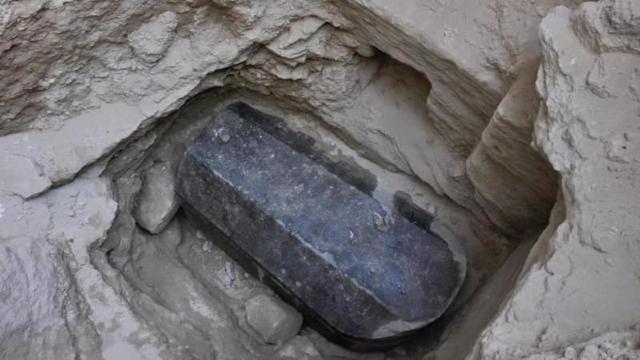 Arheologii francezi au descoperit în Egipt o pictură pe gresie şi un sarcofag de lemn de circa 3.500 de ani