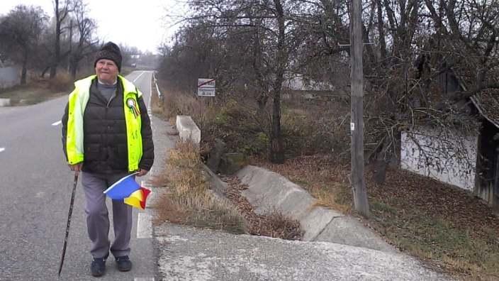 FOTO | Profesorul Ion Mărgineanu continuă calea pe jos până în capitala Unirii - Alba Iulia: Lumea se sprijină pe oameni buni