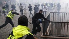 """Protestatarii francezi din mișcarea """"vestelor galbene"""