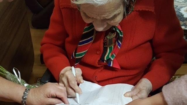 """VIDEO   În vârstă de 100 de ani, Ecaterina Tricolici cântă """"Hora Unirii"""" și recită poezii patriotice"""