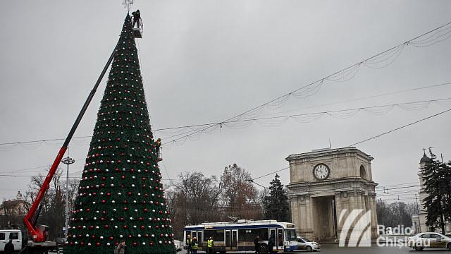 FOTO | Pregătirile pentru inaugurarea bradului și Târgului de Crăciun la Chișinău