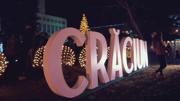 Cu drag din România | Bradul din Carpați pentru Târgul de Crăciun din Chișinău va fi instalat însoțit de poliția călare
