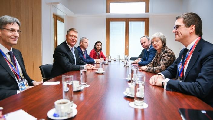 Klaus Iohannis a discutat cu Theresa May, la Bruxelles, despre românii din Marea Britanie după Brexit