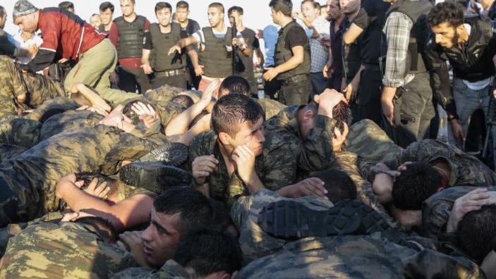 Autorităţile din Turcia continuă epurările. Peste 200 de soldaţi suspecţi de legături cu clericul Gulen au fost reținuți