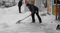 Zăpada din fața blocului, motiv de gâlceavă între Primărie și asociațiile de locatari