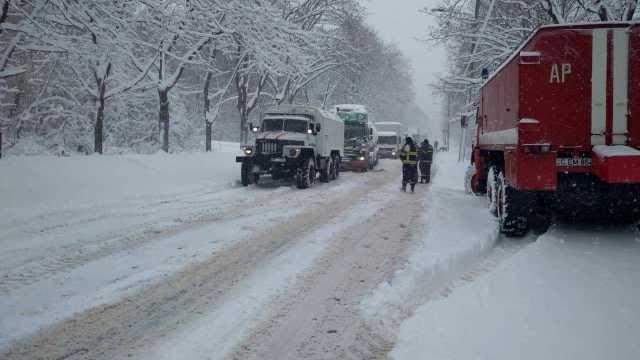 VIDEO | Automobile și camioane au derapat din cauza condițiilor meteo. Salvatorii au intervenit