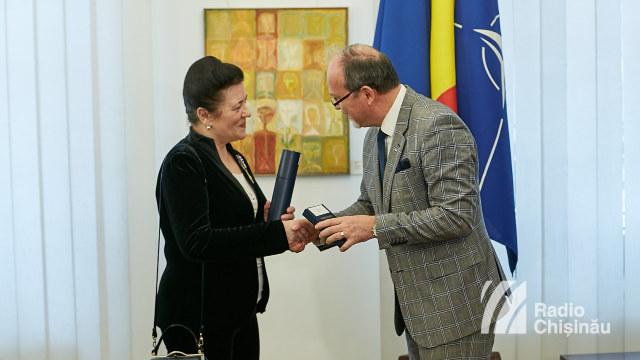 FOTO | Criticul literar Ana Bantoș, realizatoare de emisiuni la Radio Chișinău, decorată de președintele României Klaus Johannis