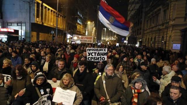 Zece mii de sârbi au ieșit în stradă sâmbătă, la Belgrad, după vizita lui Putin, cerând demisia lui Vucic