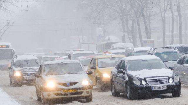 Șoferii sunt îndemnați să se abțină de la călătorii, cel puțin până la ora 15:00, când ninsorile vor înceta