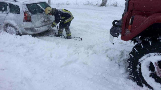 """Autoritățile afirmă că toate drumurile au fost deblocate, dar se circulă """"în condiții de iarnă"""""""