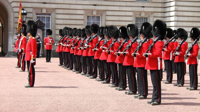 VIDEO | Surpriza Gărzii Regale: Palatul Buckingham a omagiat muzica trupei Queen