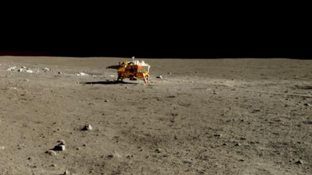 Prima navă spaţială ajunge pe partea nevăzută a Lunii