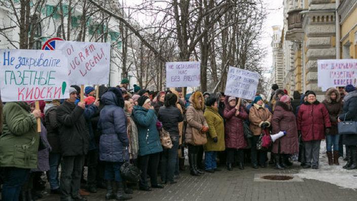 Protest în fața Primăriei Chișinău față de decizia de a lichida gheretele de distribuire a presei