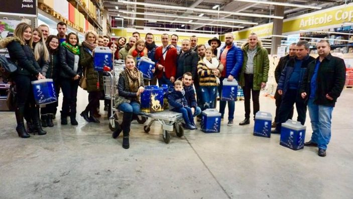 """Mii de cadouri pentru copii din raionul Glodeni din partea unei asociații din România, în cadrul campaniei """"Camionul de Crăciun"""" organizată de Tibi Ușeriu"""