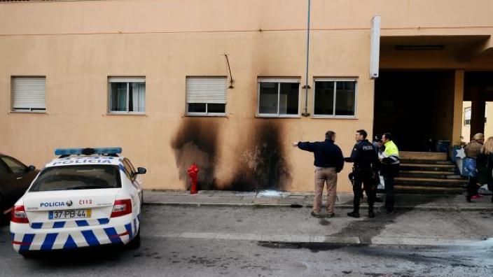 Protestatarii din Portugalia au atacat o secţie de poliţie şi au incendiat maşini
