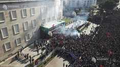 Proteste violente în Albania cu gaze lacrimogene pentru a respinge manifestanţii din faţa sediului guvernului