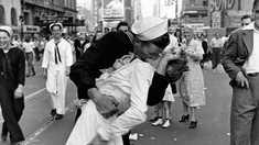 A murit marinarul din celebra fotografie de la finalul celui de-al Doilea Război Mondial