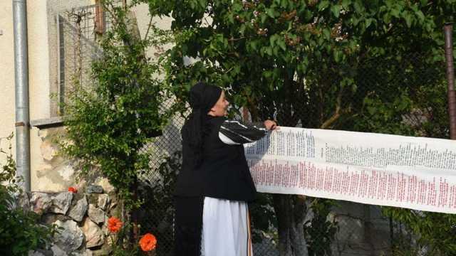 O româncă de 71 de ani a brodat poemul Luceafărul, dar și alte versuri pe o pânză de cânepă. Cât a durat lucrarea și cum arată