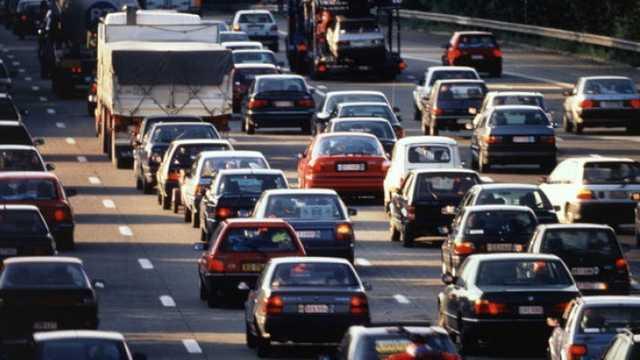 Mașinile vor putea fi parcate pe trotuare doar dacă vor lăsa 1,5 metri pentru circulația pietonilor