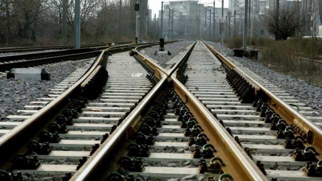 Accident cumplit la Strășeni | Un automobil s-a tamponat cu un tren pe calea ferată. Un bărbat a murit (FOTO)