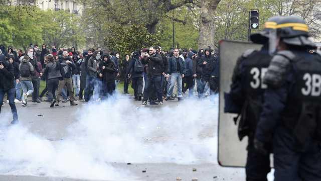Franţa ar putea interzice poliţiştilor utilizarea grenadelor cu gaze