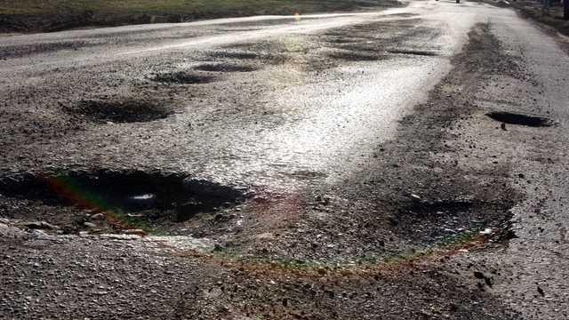 Savanții au găsit o metodă inedită pentru gropile din asfalt