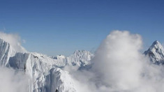 Topirea ghețarilor de pe Everest a scos la iveală trupurile a zeci de alpiniști morți pe munte
