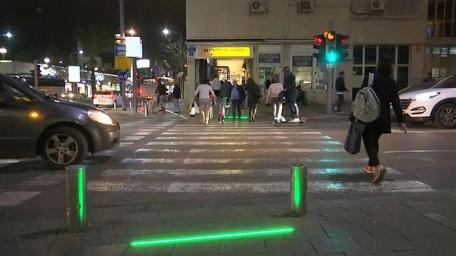 """Tel Aviv a instalat treceri pietonale cu LED-uri pentru a-i stopa pe pietonii """"smartphone zombie"""""""