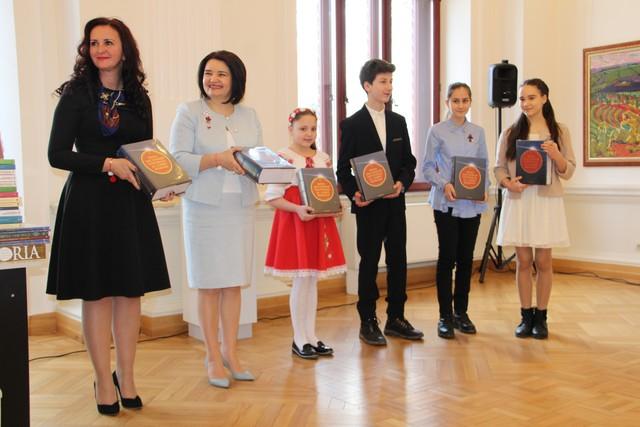 Donație de carte oferită elevilor din R.Moldova de ministrul pentru Românii de Pretutindeni
