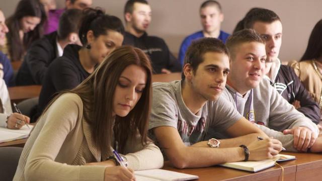 Guvernul a decis indexarea burselor cu 4,9% pentru elevi și studenți