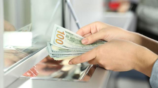 La începutul săptămânii, euro și dolarul se apreciază în raport cu leul