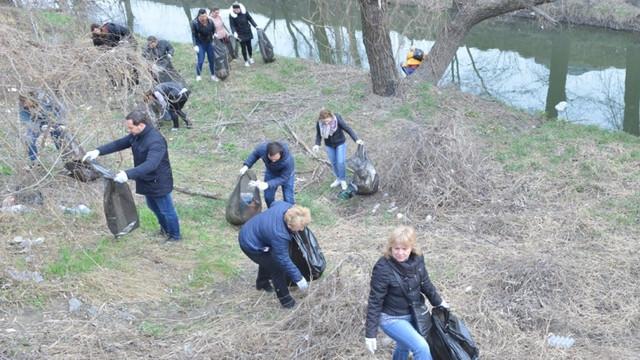 6.000 de saci cu deșeuri, adunați în doar două ore în albia râului Bâc, în cadrul acțiunii de salubrizare din Capitală (FOTO)