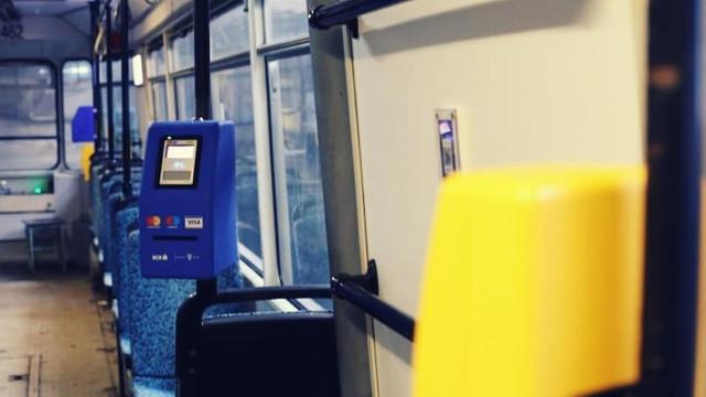 Timişorenii vor putea plăti călătoria cu cardul bancar la POS-uri montate în mijloacele de transport în comun