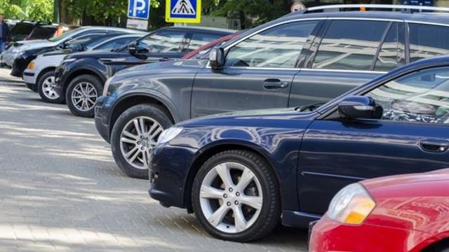Modificare de Regulament | Șoferii vor fi obligați să lase 1,5 metri de trotuar pentru pietoni, când își vor parca mașinile
