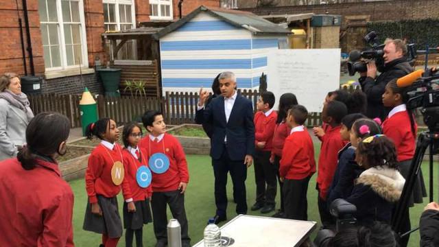 Ghiozdane cu senzori de poluare purtate de elevi din Londra, în cadrul unui proiect de monitorizare a calităţii aerului