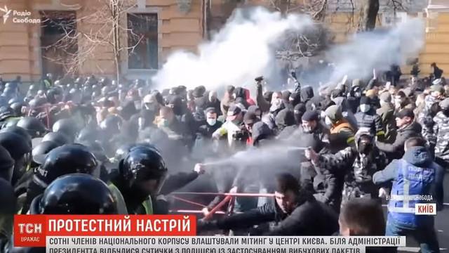 VIDEO   Naționaliștii ucraineni au încercat să atace convoiul președintelui Poroșenko. 25 de polițiști, răniți la Cerkasî
