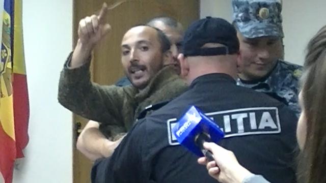 Un alt complet de judecători examinează cererea de eliberare de sub control judiciar a lui Gheorghe Petic. Mai mulți susținători protestează în fața Curții de Apel Chișinău
