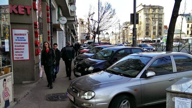 Inspectoratul Naţional de Patrulare | Staționarea maşinilor pe trotuar este admisă doar în locurile special amenajate