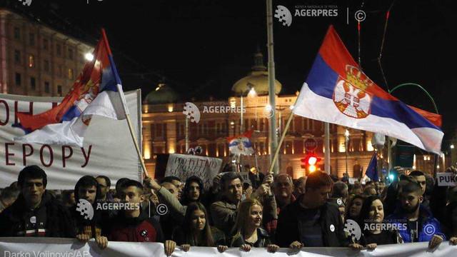 Manifestații antiprezidențiale în Serbia. Un grup de protestatari a pătruns în sediul televiziunii de stat de la Belgrad